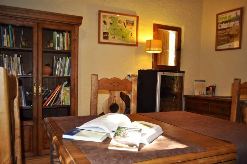 salon_de_lectura_ecolodge_de_cab añeros